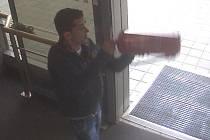 Na dveře do kanceláří u učeben, monitor notebooku či kopírku v Mendelově univerzitě v Brně zaútočil opilý muž. Po několika dnech se sám udal, k činu se přiznal.