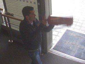 Na dveře do kanceláří u učeben, monitor notebooku či kopírku v Mendelově univerzitě v Brně zaútočil dosud neznámý muž. Policie o případu informovala v pondělí, po pachateli zatím pátrá.