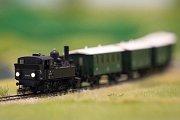 Vlak s lomozem proráží ticho krajiny. Míjí lesy, louky, tunel a dvě nádraží. Jen v miniaturním měřítku.