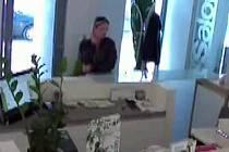 Ženu natočila při krádeži v kadeřnictví průmyslová kamera.