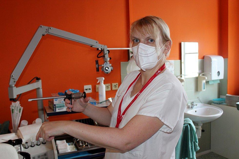 Čichový trénink si vyzkoušel i redaktor Rovnosti. Ve Fakultní nemocnici u svaté Anny pomáhají lidem hledat ztracený čich.