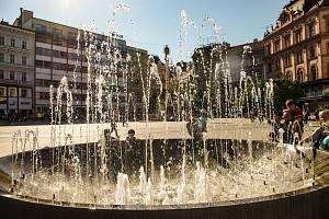 Jaro v ulicích Brna si lidé mohou zpestřit například procházkou kolem známých kašen. Na snímku Skácelova kašna na náměstí Svobody.