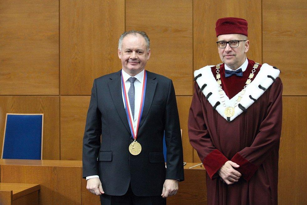 Slovenský prezident Andrej Kiska převzal na brněnské Masarykově univerzitě zlatou medaili.