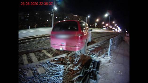 Auto zaklíněné v tramvajové trati v brněnském Komárově po nebezpečné opilecké jízdě.