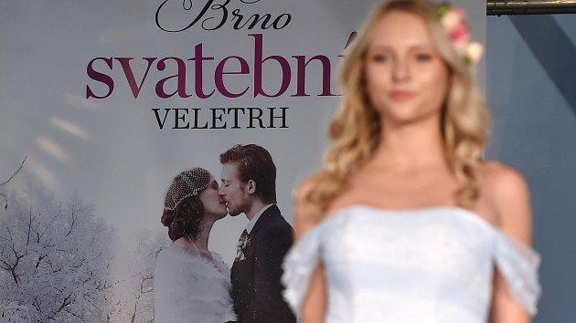 Nevěsty hledaly inspiraci na veletrhu. V módě jsou boho šaty, radí odborníci