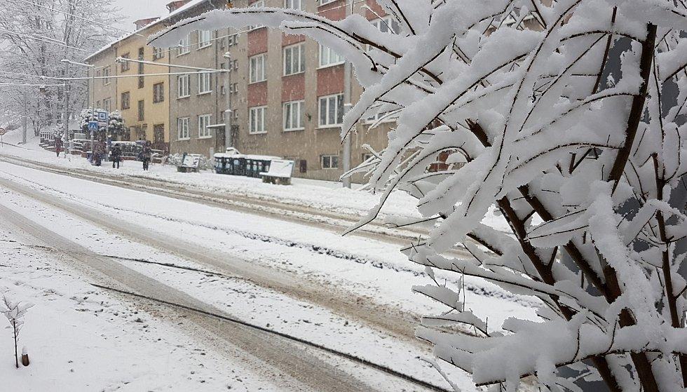 Brno se od rána potýká s čerstvým sněhem. Komplikuje především dopravu.