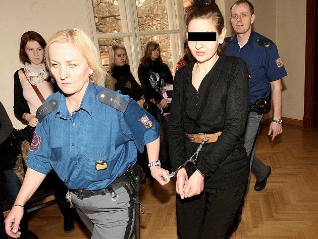 Žena, obviněná z pokusu o vraždu svého otce, stanula před soudem.