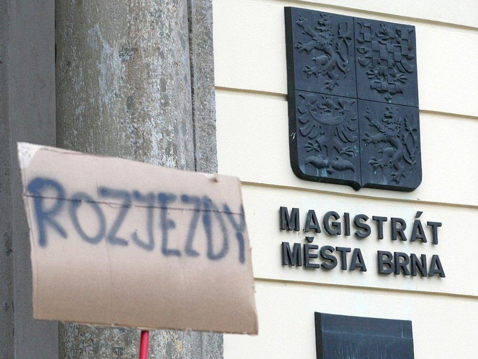 Necelých padesát lidí v úterý odpoledne dorazilo na Malinovského náměstí v Brně, aby tam projevili svůj nesouhlas s možným plánovaným zdražováním jízd v nočních autobusech.