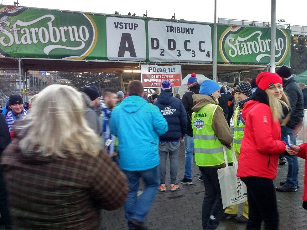 Už před čtvrtou hodinou odpoledne na stadion proudily tisíce lidí.