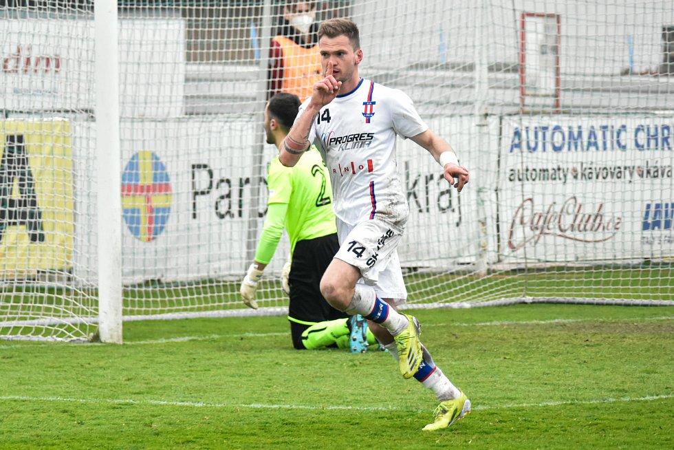 Líšeňští fotbalisté (v bílém) zdolali v devatenáctém kole FORTUNA:NÁRODNÍ LIGY Chrudim 3:0.