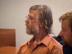 František Pospíšil je podle soudu vinen, že nezletilou žačku hladil, líbal a osahával.