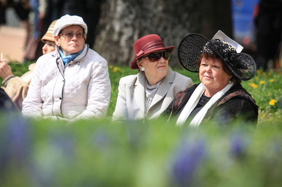 Módní přehlídka klobouků v brněnských Denisových sadech.