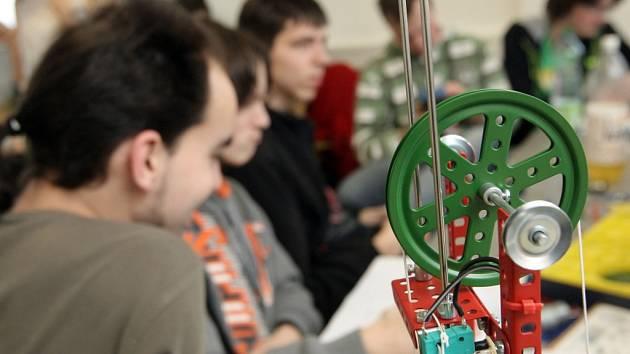 Čtyřčlenné týmy středoškoláků v Brně ukázaly, jak dobře umí pracovat s legendární stavebnicí Merkur.