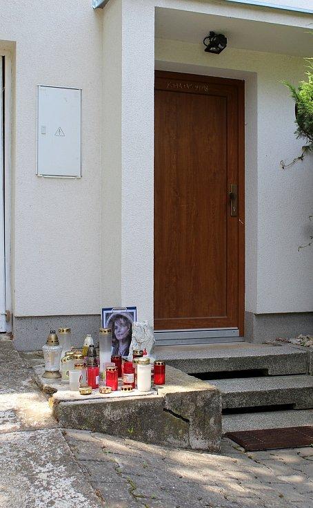 V domě ve Smetanově ulici strávila herečka dětství a mládí. Šlapaničtí před ním vytvořili pietní místo.