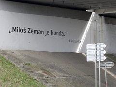 Vulgární nápis namířený proti prezidentovi Zemanovi.