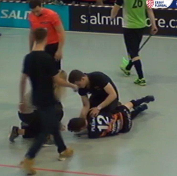 Tři sekundy před koncem srovnali Brno Gullivers na 3:3 duel s Aligators Klobouky. Hostující zadák Michal Kolaja neunesl vyrovnání a srazil k zemi radujícího se Jana Videmana. Pak k němu přiběhl brněnský Dominik Pleska, který vyfasoval úder hlavou do nosu.