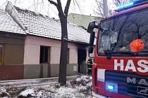 Při požáru rodinného domu v brněnských Maloměřicích se v pátek odpoledne zranila žena. Jeden z nich se při zásahu také lehce zranil.