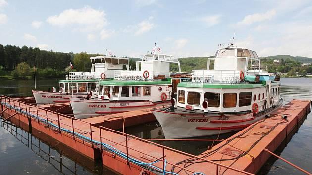 Loni se lodě na hladině Brněnské přehrady kvůli výraznému snížení hladiny vody neobjevily. Důvodem bylo čištění jezera. Po vynucené přestávce začne nová plavební sezona v sobotu.