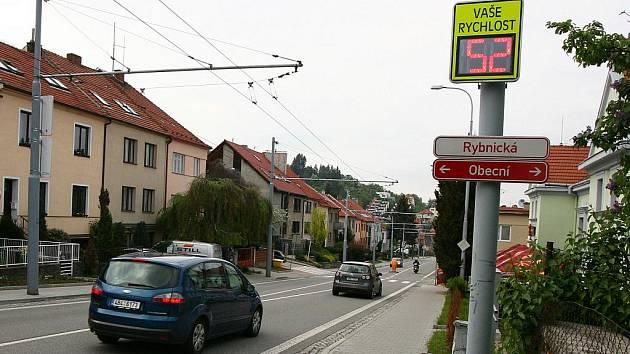 Radary si pořizuje stále více městských částí. I když řidiče nedokáží vyfotit, alespoň je v daném úseku zbrzdí.
