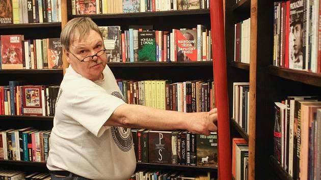 Majitel knihkupectví v brněnské Alfa pasáži v centru Brna Michal Ženíšek.