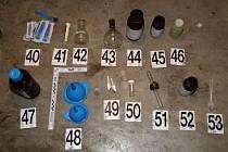 Distributora pervitinu, který drogou zásoboval narkomany na Ivančicku a Pohořelicku, zadrželi nedávno policisté ve Cvrčovicích. Do jednoho z tamních rodinných domů si pro něj přijela zásahová jednotka.