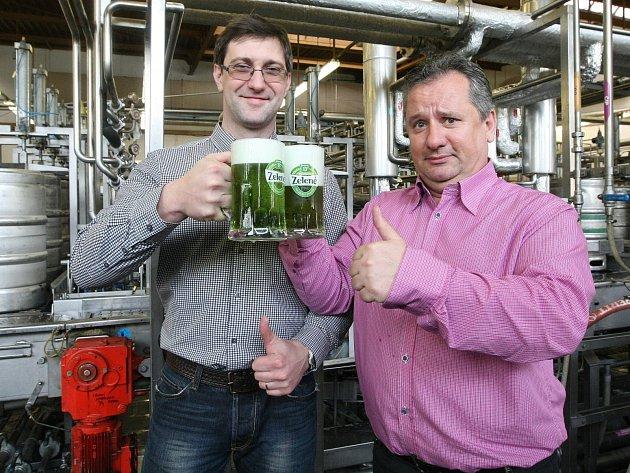 Na zelený čtvrtek už je všechno řádně připraveno. Lidé ochutnají tradiční zelené pivo.