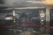 Hasiči museli evakuovat osmdesát čtyři lidí z domů nad garážemi. Škoda se odhaduje na tři miliony korun.
