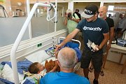 jezdci Karel Abraham, Jakub Kornfeil a Filip Salač při tradiční návštěvě Dětské nemocnice v Brně.