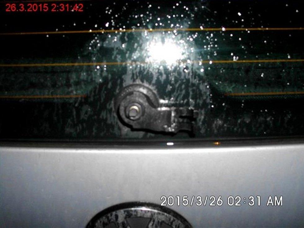Strážníci dopadli muže, kteří ničili auta.