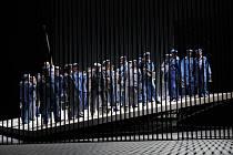 Autorem scény vycházející z geometrických tvarů je brněnský rodák Pavel Borák, s nímž již režisér Roman Polák v Brně spolupracoval na činoherních titulech Cid a Večer tříkrálový aneb Cokoliv chcete uvedených v Městském divadle Brno.