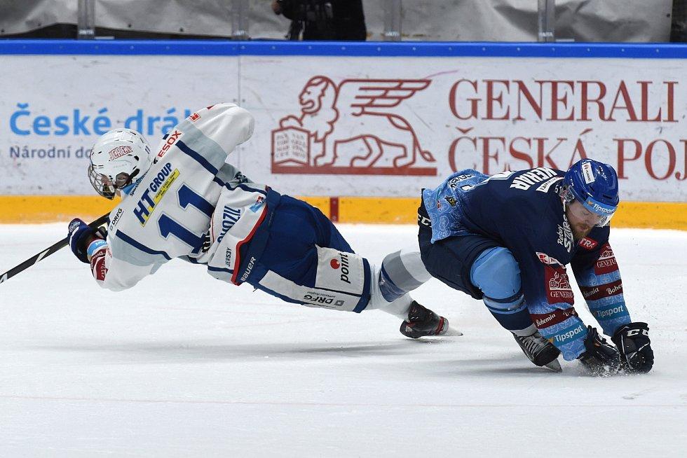 Brno 1.3.2020 - domácí HC Kometa Brno Stanislav Svozil (bílá) proti Rytířům Kladno Martin Kehar (modrá)