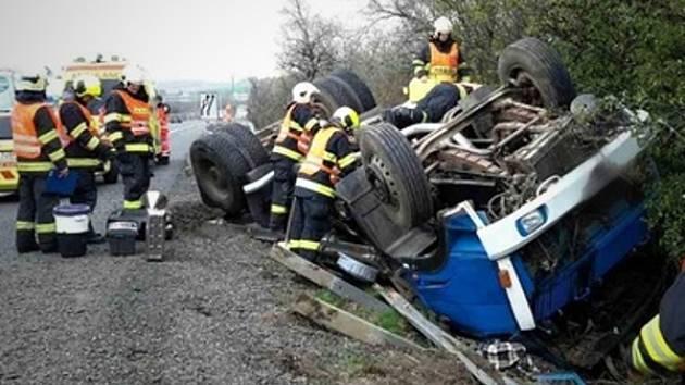 Ranní nehoda na dálnici D1 u Šlapanic na Brněnsku. Nákladní auto se převrátilo.