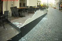 Mladá žena rozbila v neděli ráno skleněnou výplň restaurační zahrádky v brněnské Starobrněnské ulici. Foto: Městská policie Brno