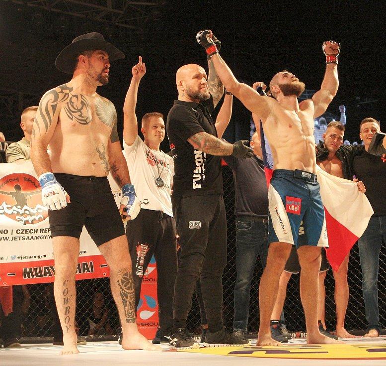 Momentálně nejlepší český zápasník MMA Jiří Procházka při souboji v kleci.