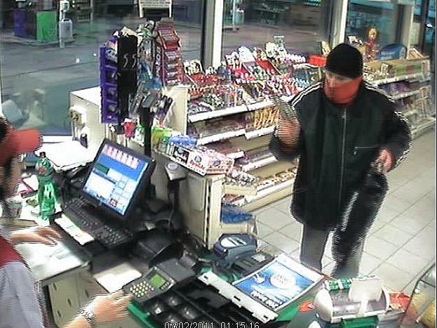 Záběry bezpečnostních kamer při loupeži v Hradecké ulici.