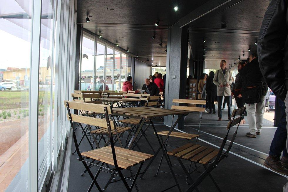 V pondělí se v Brně otevřela cestujícímz dolního nádraží nová čekárna. Najdou v ní internet i elektřinu.