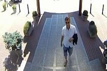 O pomoc s pátráním po dvou zlodějích žádají brněnští policisté. Hledaní kradli na konci srpna v konferenčním sále Bobycentra.