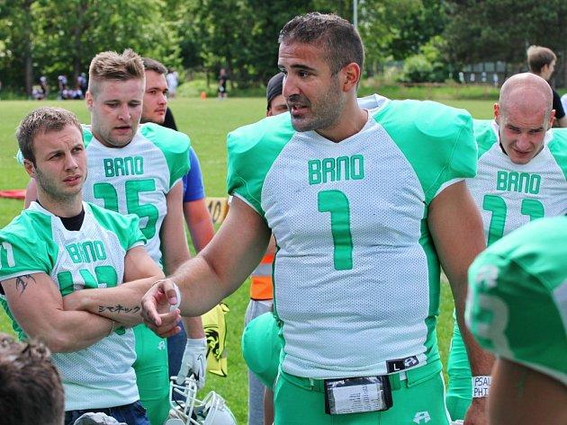 Americký quarterback Fernie Garza (s číslem 1) táhl brněnský tým a spoluhráčům předával i cenné rady.