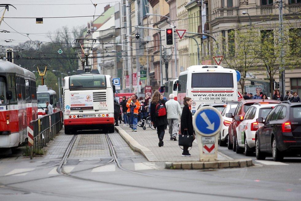 Hustá doprava v okolí Koliště. Ulici kvůli opravám parovodů uzavřeli.
