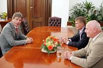 Roman Onderka, Roman Pros a Pavel Mokrý jednají o novém fotbalovém stadionu v Brně.