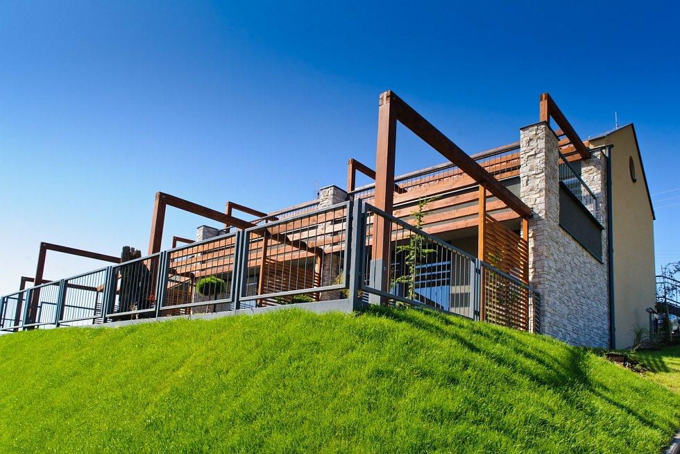 Pálavské vinohrady je komplex třiceti apartmánů, které jsou umístěny ve spodní části obce Pavlov, těsně nad hladinou Mušovského jezera.