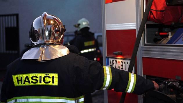 Požár v hromadné garáži v Brně Bohunicích.