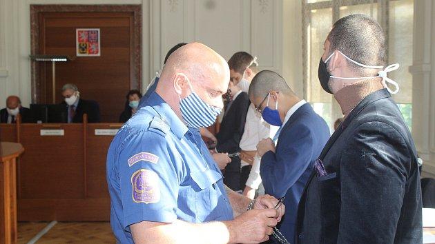 U Krajského soudu v Brně začal proces se čtyřmi mladíky, kteří čelí obžalobě z pokusu o vraždu.