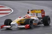 S loňskou verzí monopostu formule 1 Renault se prožene po Masarykově okruhu český jezdec Jan Charouz.