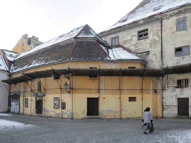 Ve velmi špatném stavu je například dlouhodobě opuštěný bývalý františkánský klášter v centru Brna ve Františkánské ulici. Podle brněnských památkářů patří ke čtyřem nejohroženějším památkám ve městě.