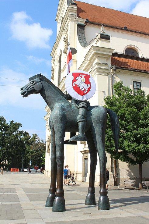 Nově ozdobená socha Jošta na Moravském náměstí v Brně.