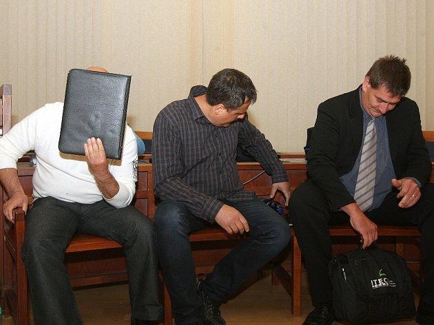 Ukrajinec Dumitru Carabadjac, Petr Hronek a Brňan Jan Stach u Krajského soudu v Brně.