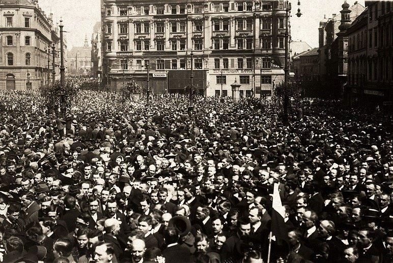 Oslavy vyhlášení Československé republiky v roce 1918 na nynějším náměstí Svobody v Brně.
