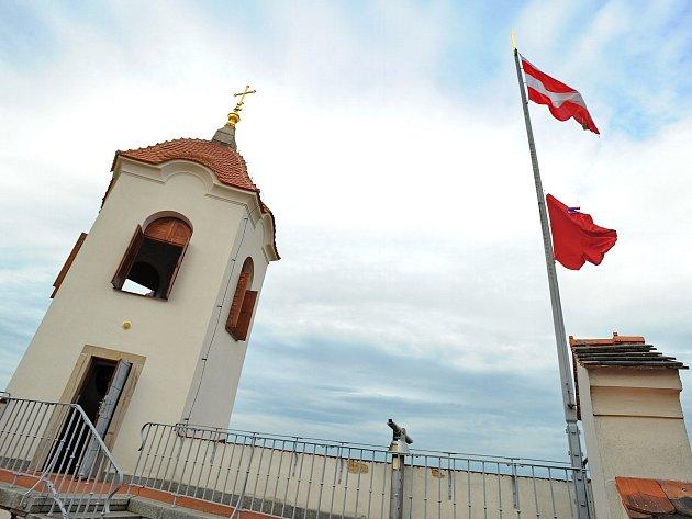 Divadelníci z Husy na provázku v pondělí v podvečer vyvěsili na brněnském hradě Špilberku červené trenýrky. Vyjádřili tak solidaritu skupině Ztohoven.