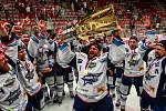 Oslavy Komety těsně po porážce Třince a vítězství v extralize. S pohárem nad hlavou Marek Čiliak.